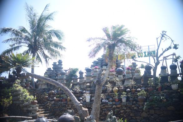 Bức tường làm từ 1.000 cối đá thành điểm check-in độc đáo - Ảnh 3.