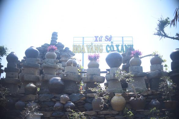 Bức tường làm từ 1.000 cối đá thành điểm check-in độc đáo - Ảnh 4.
