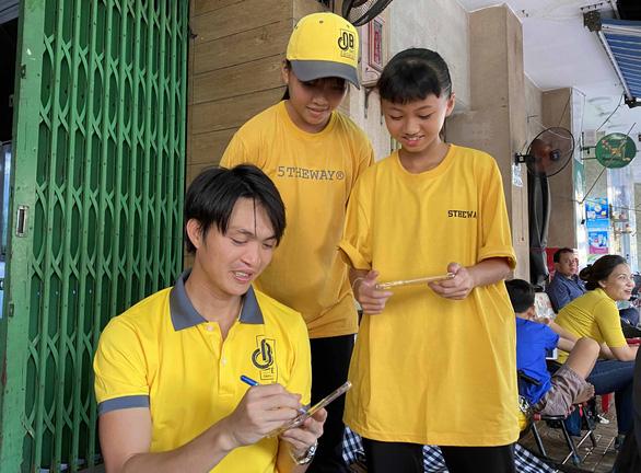 Cựu Quả bóng vàng nữ Việt Nam Kiều Trinh mở quán cà phê - Ảnh 2.