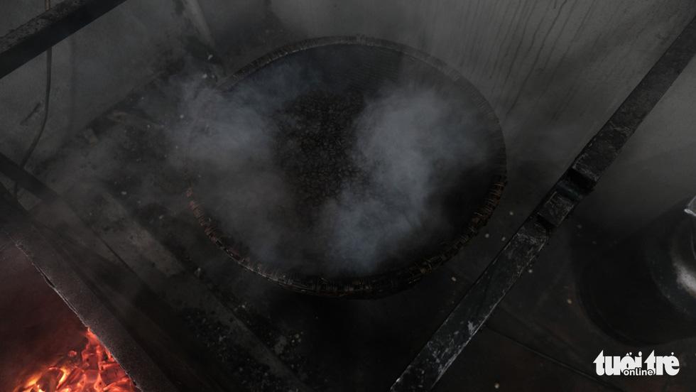 Đến Hà Nội làm cốc nâu rang từ bếp củi được giữ lửa qua... 4 đời - Ảnh 5.