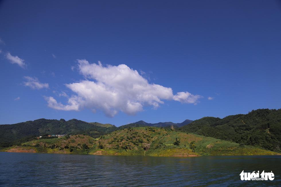 Hồ Hòa Bình sơn thủy hữu tình, núi đồi thơ mộng - Ảnh 4.