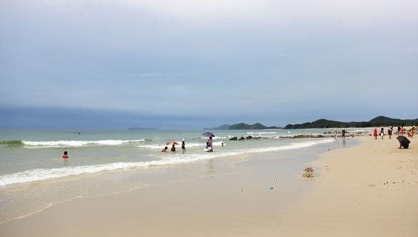Những bãi cát trắng mịn như nhung trên xã đảo Minh Châu - Ảnh 3.